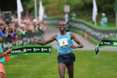 Micah Kogo winning 2013 TD Beach to Beacon 10K Road Race in Cape Elizabeth(Claudia Murray photo).